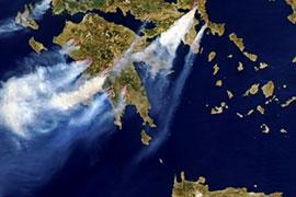 In evidenza con la foto dal satellite (AFP) i roghi in Grecia