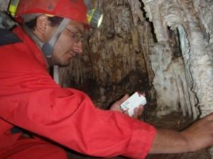 Il direttore del Parco di Torotoro raccoglie i datalogger della grotta Humajalanta