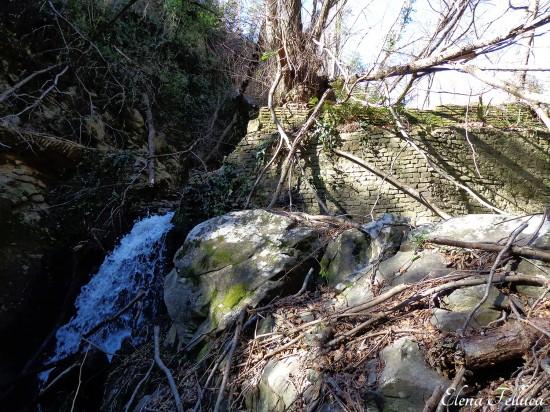 Bracciano (RM), Vicarello, particolare muro di sbarramento nel Fosso di Monte Sassano-Fosso delle Ferriere.