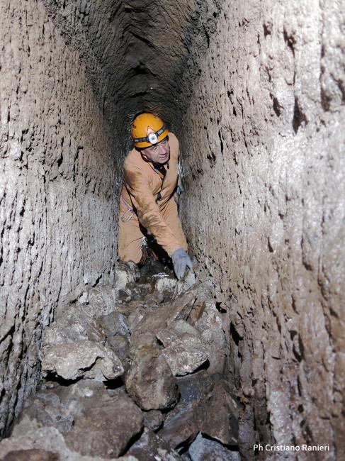 Cunicolo di adduzione idraulica secondario scavato nel tufo