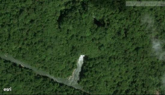 Aouk-Kladuk: portale di uscita dello stesso traforo in una immagine satellitare ad alta definizione del 2015