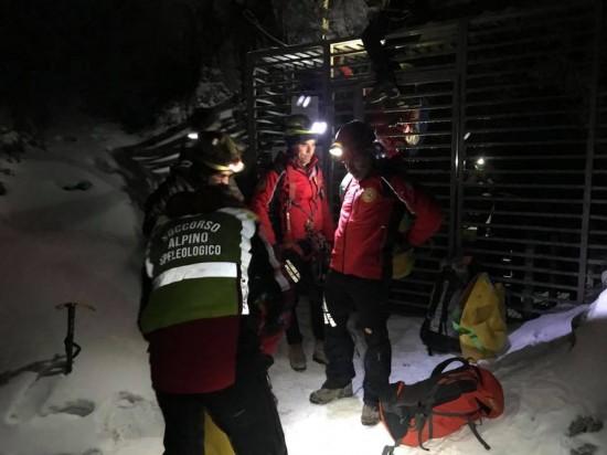 Tecnici del Soccorso all'ingresso della Grotta di Monte Cucco