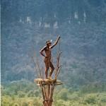 Una torre di avvistamento Dugum in una fotografia del 1961 da 'Gardens of War.
