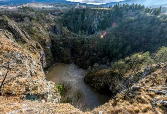 la piena all'ingresso delle Grotte di San Canziano in Slovenia