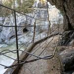 Transenne divelte al sentiero di accesso alle grotte di San Canziano