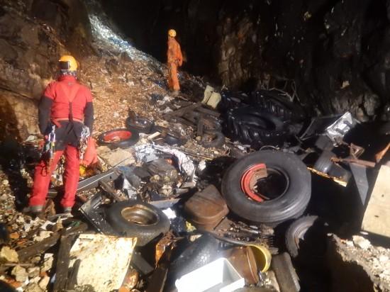 Viaggio nelle grotte riempite di rifiuti