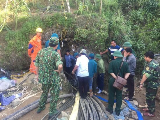I soccorritori all'ingresso della grotta
