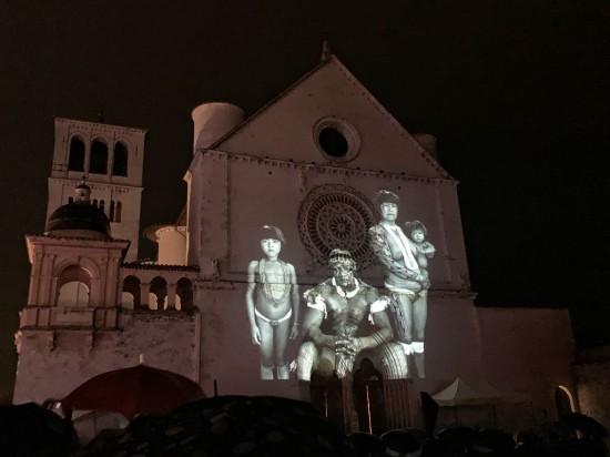 La facciata di San Francesco con immagini di Salgado. Ph Tiziana Serpetti