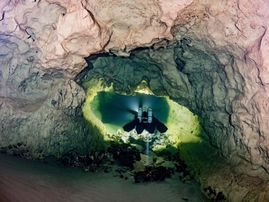 Le telecamere montate sullo scooter subacqueo rilevano la grotta in 3D