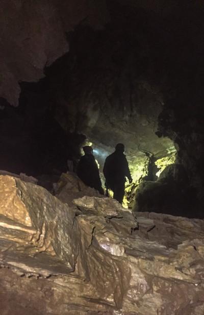 Dopo le strettoie iniziali, si accede a gallerie e pozzi in sequenza fino a -300