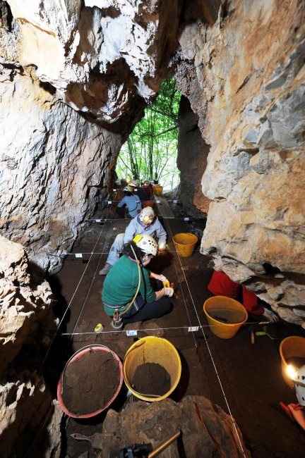 Un momento dello scavo archeologico a Grotta del Tesauro (ottobre 2011).